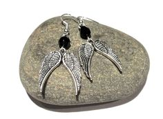 Boucles d'oreilles ailes argentées et perles facettes en verre de Bohême noir : Boucles d'oreille par lizou-sen-fout