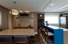 Cozinha em tons neutros ganha vida com bancada azul turquesa | Arquitetura e Construção