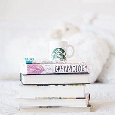 Books and more books Always! What are you reading now? • Livros e mais livros Sempre! Quais livros vocês estão lendo no momento? #starbucks #bookstagramfeature #booktuber | Obrigada por ter emprestado a caneca @gsouzapr