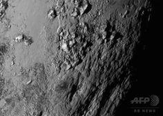 米航空宇宙局が公開した冥王星の近接画像。氷に覆われた表面からそびえる山脈の高さは3500メートルにおよぶとみられている(2015年7月15日公開)。(c)AFP/HANDOUT/NASA ▼27Jul2015AFP|【写真特集】冥王星、探査機が最接近 明らかになるその姿 http://www.afpbb.com/articles/-/3054541 #Pluto #بلوتو #冥王星 #Плутон #Plutón #پلوتو #명왕성