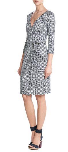 Investissez dans la silhouette iconique de Diane von Furstenberg avec cette jolie robe confectionnée en soie imprimée d'un motif graphique telle une mosaïque. Flatteuse, c'est une pièce intemporelle #Stylebop