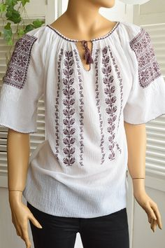 Ie Romaneasca Stela P - Chic Roumaine Palestinian Embroidery, Folk Costume, Pakistani Dresses, Traditional Dresses, Bridal Dresses, Cross Stitch, Tunic Tops, Sewing, Chic