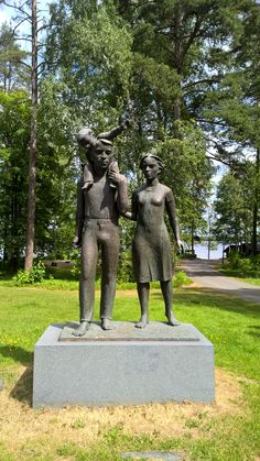 """Luottamus -patsas  -  Petäyksen pihan patsas on nimeltään """"Luottamus"""". Kuvanveistäjä Erkki Kannosto 1981. Veistos kuvaa ihmisten välisiä suhteita ja sitä, että ihmiset tarvitsevat toisiaan."""