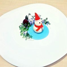 Happy new year dear friends from all around the world. Let's rock 2017.  Beautiful snowman made of cheese and roasted pepper purple potatoe boxes with mini sprouts by @zubeyirekicibasi  Tag your best plating pictures with #armyofchefs to get featured.  - find more inspiration on www.kochfreunde.com