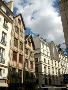 Only a few Parisian houses date from the Middle Ages. We can see two rue François Miron in the Marais (4 th district). They date from the 15 th century and have been restored in depth in the 1970s.