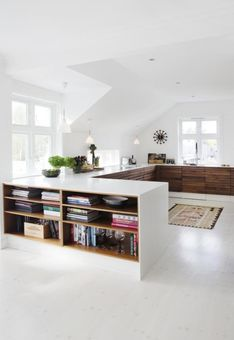 Divide a large space using linear elements (via villa: Denne...