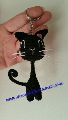 Un bonito gato negro amigurumi de cuello largo y delgado, ideal para tejer y regalar como llavero o como colgante o aplicacion para bolsos, mochilas etc. Facil y rapido de hacer.