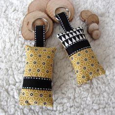 2 porte-clés esprit scandinave en tissu japonais jaune moutarde imprimé asanoha et tissu noir et blanc graphique : Porte clés par nymeria-creation