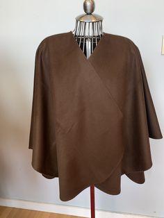 Cape alcapa couleur brun chocolat , ajout de fourrure disponible selon votre demande   600$ Capes, Chocolate Brown, Budget, Fur, Color, Cape Clothing, Mantles, Cape