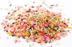 ミックスカラースプレー 写真素材 Chocolate Sprinkles, Candy, Food, Chocolate Chips, Essen, Meals, Sweets, Candy Bars, Yemek