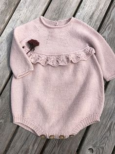 Erantis Romper pattern by Knitting for Sif – pinturest – Knitting Baby İdeas. Baby Girl Patterns, Baby Clothes Patterns, Baby Knitting Patterns, Baby Romper Pattern, Baby Girl Romper, Baby Dress, Knitting Baby Girl, Knitting For Kids, Baby Sweaters