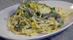 Receta fetuccini con salsa de ajo y queso azul. Disfruta del placer de comer una deliciosa pasta fetuccini acompañada con salsa de ajo y queso azul. -CV