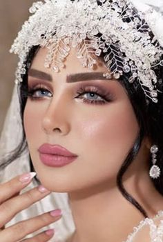 2019 Bridal Makeup Look Ideas Find the hottest Bridal Makeup trends for 2019 here. From colored shadows to no makeup looks, we've put this bridal inspo together for you. Dramatic Wedding Makeup, Best Bridal Makeup, Indian Bridal Makeup, Wedding Makeup Looks, Natural Wedding Makeup, Bridal Hair And Makeup, Bride Makeup, Wedding Hair And Makeup, Hair Makeup