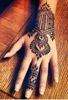 Love this!  Beautiful henna design for the hand...