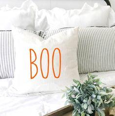 Knot Pillow Tutorial - - - - World Market Outdoor Pillow Halloween Bedroom, Halloween Pillows, Halloween Home Decor, Halloween House, Fall Halloween, Halloween Decorations, Farmhouse Halloween, Fall Pillows, Cute Pillows