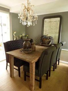 Deze stoelen in zwart leer met ribuuste houten tafel