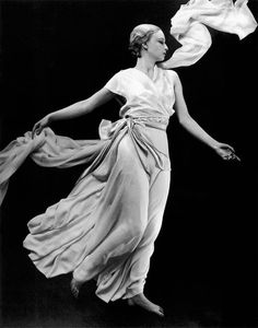 Isadora Duncan in Madeleine Vionnet looks like a good damn statue Madeleine Vionnet, Sarah Moon, Paolo Roversi, Peter Lindbergh, Old Hollywood Glamour, Vintage Glamour, 1900s Fashion, Vintage Fashion, Vintage Couture