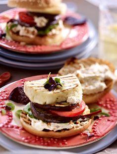 Veggie-Burger mit Meerrettich-Käsecreme       Zutaten für 4 Burger:  1 kleine Aubergine (ca. 200 g), 1 Packung (250 g) Halloumikäse, 4 Burgerbrötchen mit Sesam, 25 g Röstzwiebeln, 1 Packung (150 g) miree mit frischem Meerrettich, 2 Tomaten (ca. 200 g), 50 g Pflücksalat, evtl. Daikon- und Sakura-Kresse zum Garnieren. Zubereitung: 1. Aubergine waschen, putzen und in ca. 1 cm dicke Scheiben schneiden. Käse in 4 Scheiben schneiden. Brötchen waagerecht halbieren. Auberginenscheiben, Brötchen und…