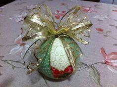 Bolas de Natal em Patchwork Embutido.  Ótimo acabamento e material de ótima qualidade.  Podem ser utilizadas em decoração, árvores e guirlandas de Natal.   Um excelente presente para sua casa ou de um amigo neste Natal!