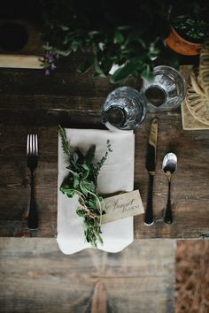Loosely tied herbs, love this for a casual way to designate a table setting Wedding Table, Rustic Wedding, Muriel's Wedding, Decor Wedding, Wedding Flowers, Deco Nature, Beautiful Table Settings, Thanksgiving Tablescapes, Deco Floral