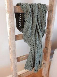 Voor het haken van deze sjaal koos ik voor een wat stoerdere kleur. Ik heb gehaakt in de granietsteek. Voor een luchtiger effect heb ik...