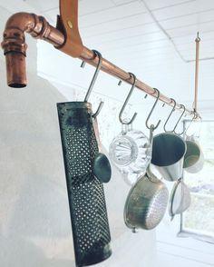 Organisera mera, visa upp flera!  Här ett gammalt kopparrör som vi putsat sedan hängt upp med skinnband och fäst med krokar i taket. Med några s-krokar från Ikea kunde vi lätt hänga upp några favoriter i aluminium, stål och glas som vi samlat på oss under åren. Vilka är dina köksfavoriter?#lantligtkök#interiordesign#kitchendesign#inredning#inredningsinspiration#inredningsdetaljer#koppar#köksinredning#gördetsjälv#gammaltochnytt#ikea