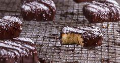 Κεκάκια καρύδας από τον Άκη Πετρετζίκη. Συνταγή για τα πιο τέλεια και ζουμερά κεκάκια καρύδας με πολύ λίγα υλικά. Είναι πεντανόστιμα και υγιεινά! Δοκιμάστε τα