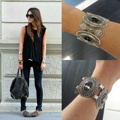 Braceletes grandes são o destaque num look todo preto! 😎😎 #acessórios #labelis #pulseiras #bracelete #bijouxlovers #style #fashion #moda #accessories