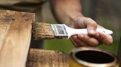 Verwitterung lässt Holz verfallen. Dringt Feuchtigkeit ins Holz ein, wird es morsch und schimmelt. Holzmöbel im Außenbereich können mit Lasuren und Lacken vor Verfall geschützt werden. Im Innenbereich schützt eine entsprechende Behandlung das Holz...