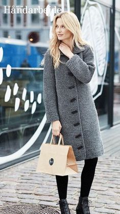 Gratis strikkeopskrifter til kvinder! Hvorfor ikke strikke din nye vinterfrakke? Denne model er super elegant i ren uld med store aflange knapper. Frakken er strikket i retstrik, hvilket giver et mere råt udtryk. Find flere gratis strikkeopskrifter her på siden.