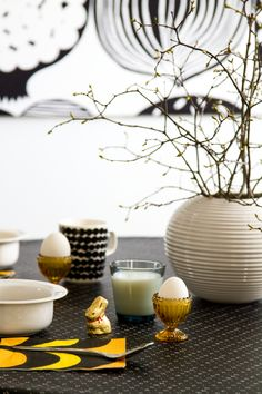 Aamupala, pääsiäisen kattaus.   Breakfast, Easter table setting. Marimekko, Iittala, Arabia, Pentik.