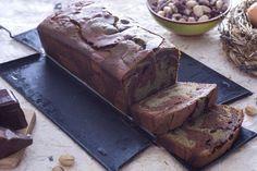 Il plumcake al pistacchio variegato al cioccolato è un buon dessert per la merenda o per la colazione, arricchito con crema di pistacchi e cioccolato.