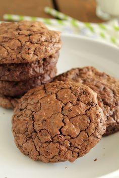 Την ώρα που τα συγκεκριμένα μπισκότα ψήνονταν στο φούρνο, χαμογελούσα κάπως αυτάρεσκα και ανυπομονούσα να δω την έκφραση του καλού μου όταν θα τα δοκίμαζε. Cookie Recipes, Dessert Recipes, Desserts, Chocolate Fudge Frosting, Cake Bars, Biscuit Cookies, Healthy Sweets, Nutella, Cravings
