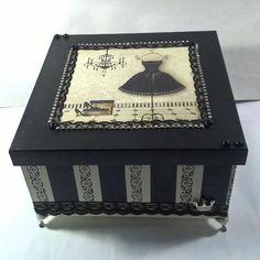 Caixa MDF decorada com pezinho Decoupage Vintage, Decoupage Box, Fabric Covered Boxes, Creative Box, Hat Boxes, Diy Pins, Painted Boxes, Vintage Shabby Chic, Painting On Wood