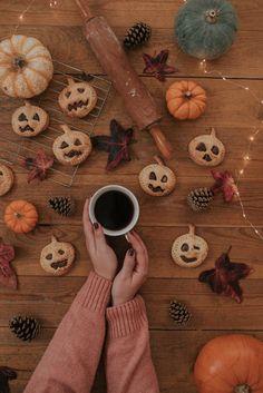 Halloween Baking, Fall Halloween, Halloween Party, Halloween Decorations, Halloween Recipe, Halloween 2020, Paper Swan, Pumpkin Moon, Orange Spider