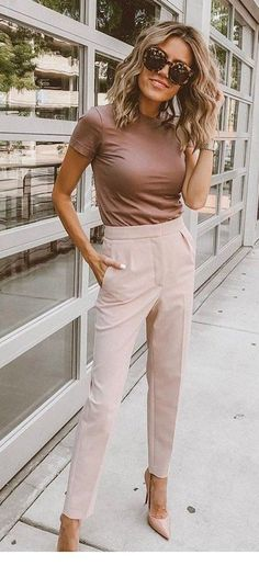 Popular Fall Outfits To Wear Now beige hose. Beige Pants Outfit, Work Pants Outfit, Brown Outfit, Young Work Outfit, Preppy Work Outfit, Khakis Outfit, Neutral Outfit, Beige Hose, Trajes Business Casual