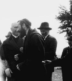 Padre Pio mentre conversa con alcuni amici e conoscenti. Il 2à a destra è Emanuele Brunatto, il suo primo figlio spirituale, decduto per cause misteriose nel 1965