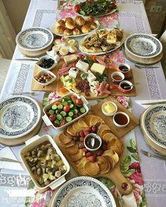 Ottolenghi Recipes, Tapas Recipes, Breakfast Presentation, Food Presentation, Turkish Breakfast, Brunch, Antipasto Platter, Breakfast Buffet, Dinner Salads