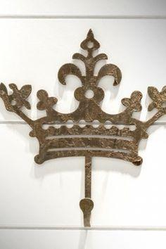 Gancho em ferro coroa Italiana: http://www.metacampos.com.br/cabideiros/gancho-em-ferro-coroa-italiana#imagem-10805