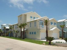A Shore Thing BB903 Port Aransas (Texas) Featuring an outdoor pool, A Shore Thing BB903 is a holiday home set in Port Aransas. Guests benefit from terrace and a barbecue. Free private parking is available on site.  A dishwasher and an oven can be found in the kitchen.