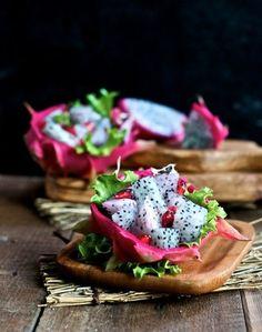Dragon Fruit Salad   1.冷やしておいたドラゴンフルーツを半分に切り、実をきれいにくり抜き(皮は器に利用)適宜にカットします。  2.カットしたドラゴンフルーツと柘榴の実を容器に入れます。  3.そこに蜂蜜と細かく切ったミントの葉を入れて和え、皮の器に盛り付けて完成です。   パーティーメニューに加えると、テーブルが華やかに。