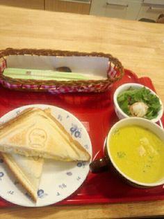 今日のお昼ご飯はホットサンド玉子味とスープとサラダいただいていますなう。