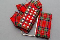 ¡Ya tenemos DIY de la semana!  Si hace un par de semanas os enseñamos cómo customizar un jersey con tejido tartán, hoy os explicamos cómo hacer un bolso de mano con este mismo print y tachuelas. La té