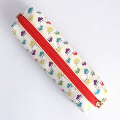 The pen case consisting of white kimono fabric and a vivid orange zipper will brightly stand out on your desk.