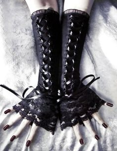 gothic lace arm warmers, i need these in my life Rock Chic, Style Rock, Lace Gloves, Lace Corset, Underbust Corset, Fingerless Gloves, Dark Fashion, Gothic Fashion, Steampunk Fashion