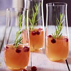 Alkoholfreier Pfirsich- und Cranberry-Cocktail mit Rosmarin Rezept | LECKER
