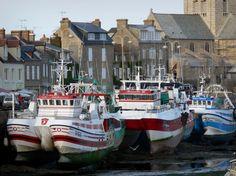 Barfleur : Puerto: Los barcos de pesca amarrados en el muelle, casas de granito y la iglesia del pueblo, en la península de Cotentin