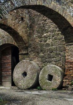 Ancient Grinding Wheels from an Olive Press – Toscane, Italie