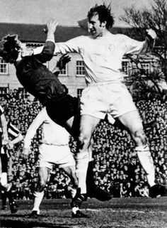 Newcastle Utd 0 Leeds Utd 1 in Oct 1968 at St James Park. Jack Charlton shoves keeper Iam McFaul out of the way Retro Football, World Football, Vintage Football, School Football, Football Images, Sports Images, Football Pictures, Manchester United, Leeds United Fc