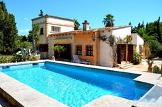 The pretty villa is located only a few steps from the sea in a prime location in Port Vell. The idyllic resort is adjacent to the cosmopolitan city of Costa de los Pinos, which has beautiful beach bays and can score with a challenging golf course.